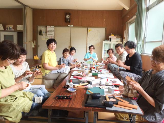 地元の婦人会が革製品を作るようす。作業を通じた交流も楽しみのひとつ