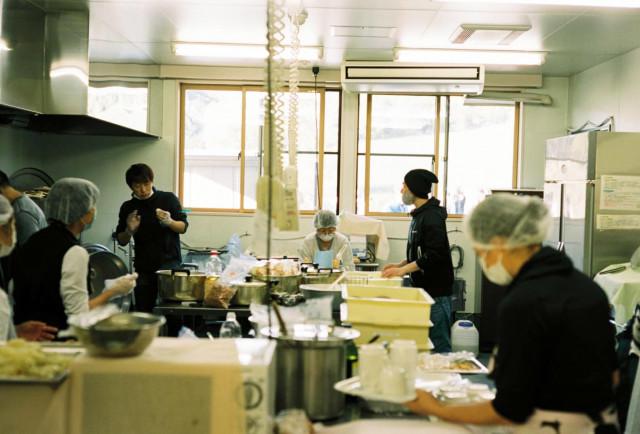 左奥で調理の指導をしている男性が大井健司シェフ(MASA HAMANOI)