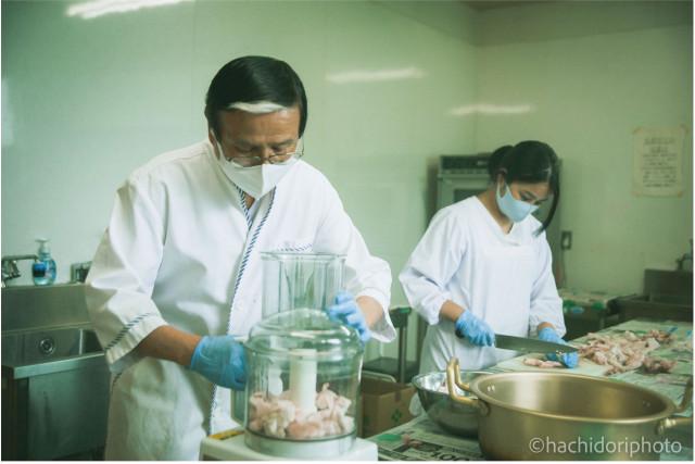 石けんの素を作るには、脂身を粉砕したり、火にかけたりとさまざまな工程に分かれている