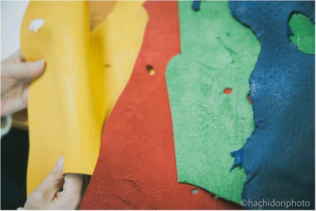 傷や穴は、生きたイノシシを使った証。皮革は天然染料で染めている