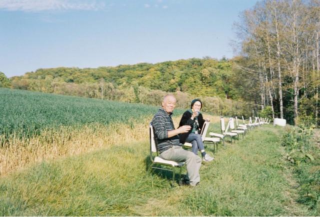 イベントでは丘の中腹にソファや椅子を置いてコーヒーを楽しむ人も…。(MASA HAMANOI)